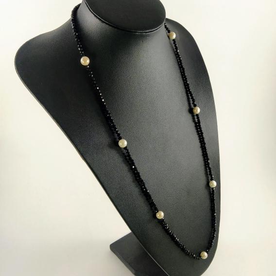 Collar de cuentas negras de cristal y perlas de nacar