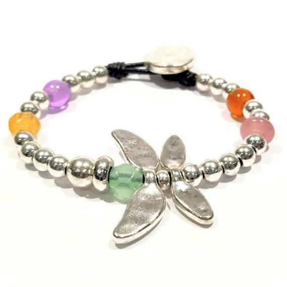 Pulsera con mariposa plateada con abalorios de colores