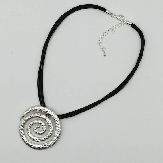 Collar de mujer con forma de espiral tono plateado con cordón.