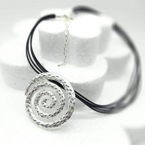 Collar de mujer con forma de espiral tono plateado con cordón. Un regalo original