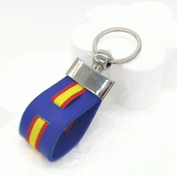 Llavero de la bandera de España con fundo azul.