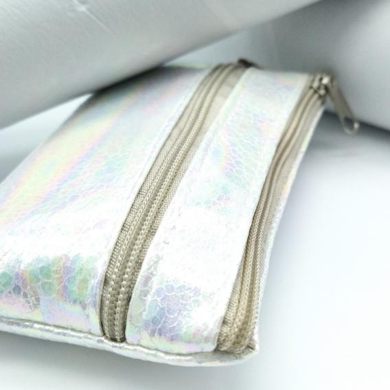 Monedero con dos cremalleras de color blanco y rectangular para mujer moda juvenil.