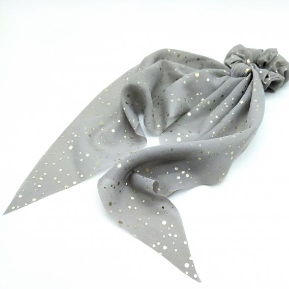 Accesorio para mujer pañuelo y cinta de pelo color gris con lunares dorados.