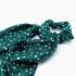 Coletero pañuelo para mujer un accesorio de pelo, color verde con lunares blancos.