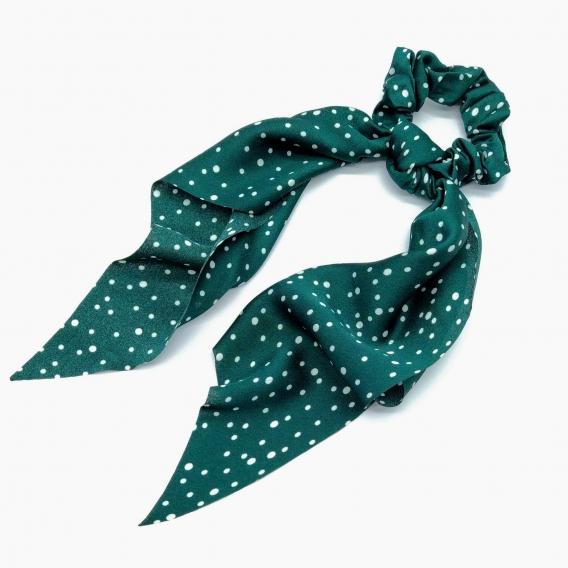 Goma pañuelo verde con lunares, un accesorio de pelo.
