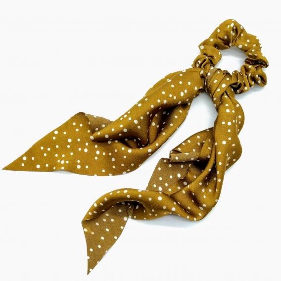 Goma con forma de pañuelo dorado con topos.