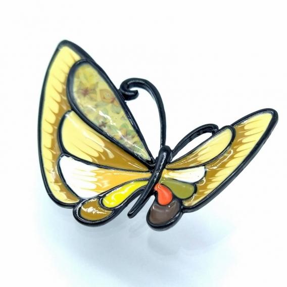 Broche esmaltado con forma de mariposa en tonos amarillos y marrones. un diseño de moda para mujer.