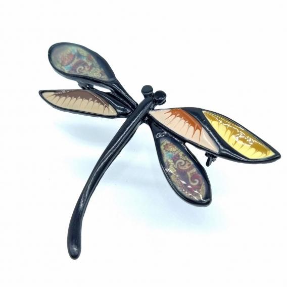 Broche de mujer con forma de libélula con tonos tierra para regalar.