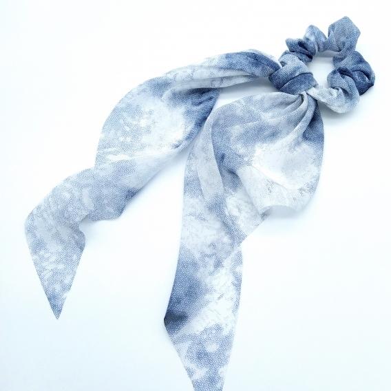 Goma con pañuelo para mujer un accesorio de moda, color azul-blanco.