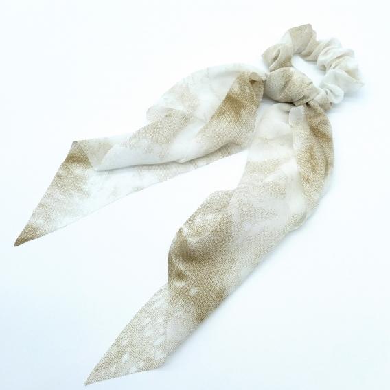 Coletero de mujer con pañuelo un accesorio de pelo color marrón-blanco.