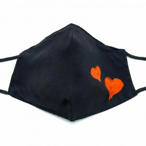 Mascarilla para adulto de mujer, color negro con corazones rojos, lavable y reutilizable.