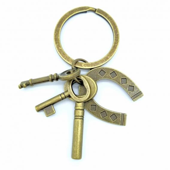 Llavero amuleto de la protección con herradura color dorado viejo, diseño original.