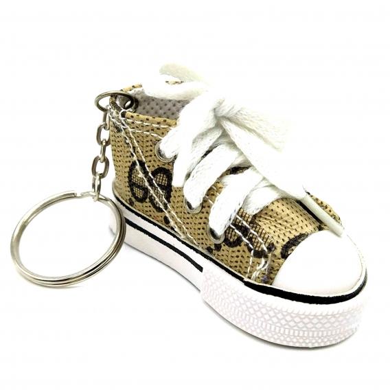 Llavero zapatilla de lona para mujer, color beige y marrón oscuro.