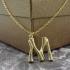 Collar inicial M, colgante con letra de acero inoxidable color oro.