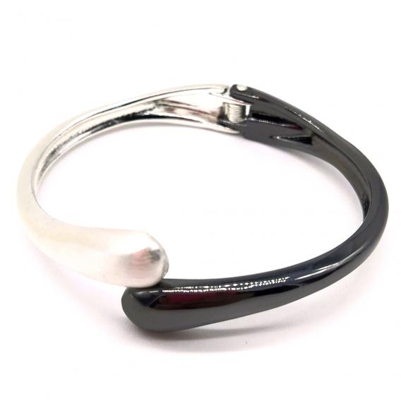 Pulsera-brazalete para mujer color negro-plata metalizado, material peltre. Un regalo original.