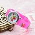 Reloj analógico infantil, color rosa con dibujos de fresas. Regalo para niña