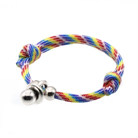 Pulsera de cordón multicolor con dos nudos corredizos y chupete plateado.