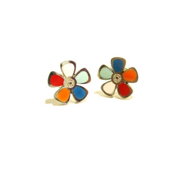 De flores margaritas de colores plateados con circonita