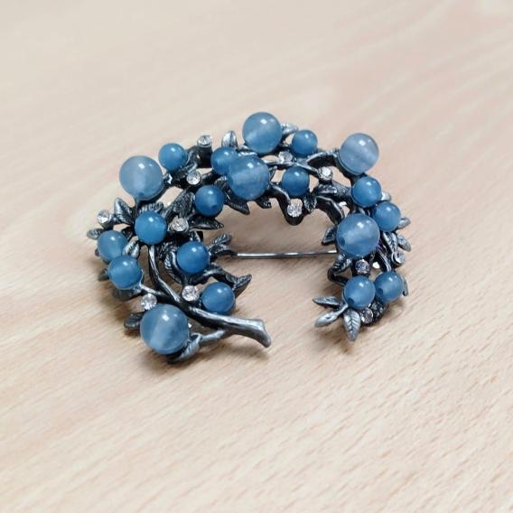Broche de mujer de moda para vestir elegante artesano de color azul y alfiler facil de poner y ligero